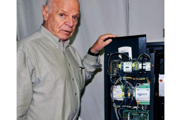 Klemens Oskar Waterkotte mit einer Wärmepumpe.