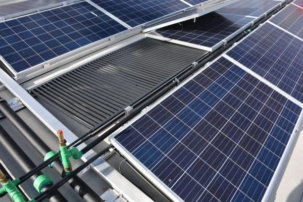 Photovoltaikmodule auf einem Dach.