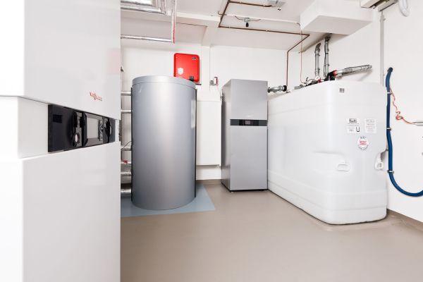 Ein Heizungskeller mit Hybridheizgerät mit integriertem Trinkwasser-Ladespeicher, Warmwasserspeicher, Stromspeicher und Tank für Heizöl und neue flüssige Brennstoffe.