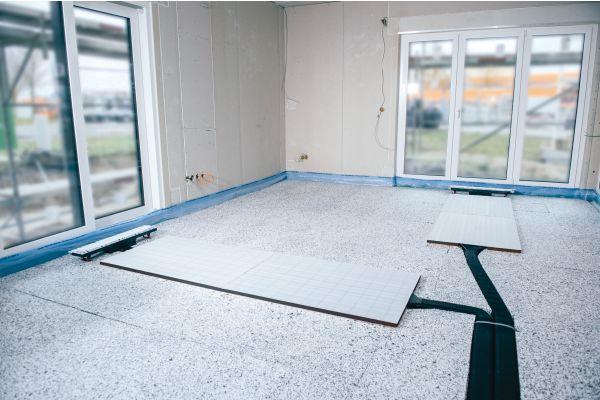 Bodenpaneele einer Fußbodenheizung.