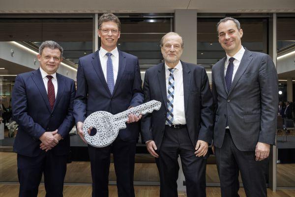Dr. Zolt Sluitner, CEO Siemens Real Estate; Matthias Rebellius, CEO Siemens Building Technologies; Dolfi Müller, Stadtpräsident von Zug und Cedrik Neike, Mitglied des Vorstands der Siemens AG.