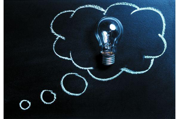 """Der Ausdruck Idee stammt vom altgriechischen  ἰδέα idéa  (Gestalt, Erscheinung, Aussehen, Urbild) ab und bezeichnet im heutigen allgemeinen, nichtphilosophischen Sprachgebrauch einen Gedanken, nach dem man handeln kann, eine Vorstellung oder Meinung. Oft handelt es sich um einen Einfall, einen neuen, originellen, manchmal geistreichen oder witzigen Gedanken, den man in die Tat umsetzen kann. In diesem Sinne kann das Wort die Bedeutung von """"Plan"""" und """"Absicht"""" erhalten."""