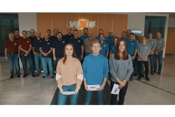 Drei Wolf Junior Reporter stehen vor den Mitarbeitern der Wolf-IT-Abteilung.