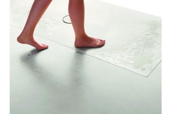 """Mit der """"Antirutsch Pro""""-Lösung von Bette ist eine hohe rutschhemmende Wirkung (R10) realisierbar, die der """"BetteFloor""""-Duschfläche kaum anzusehen ist, aber Stand- und Begehsicherheit bietet."""