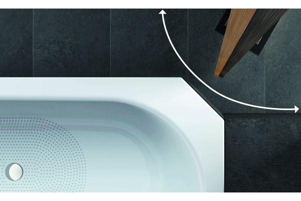 Wenn der Schwenkbereich einer Türe den bündigen Einbau einer Bade- oder Duschwanne verhindert, schaffen Eckabschnitte Abhilfe, die Bette ab Werk ausführt.