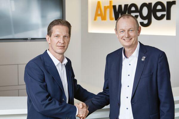 Das Bild zeigt Mag. Andreas Hirsch und Gerhard Aigner Artweger Geschäftsführer (v.l.n.r.).