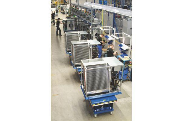 Mehrere Wärmepumpen in einer Produktionshalle von Stiebel Eltron.