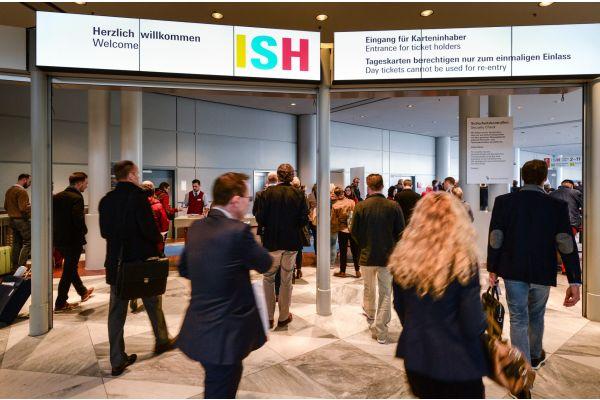 Ein Eingang zur Frankfurter Messe während einer ISH.