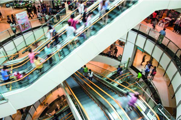 Rolltreppen in einem Einkaufszentrum.
