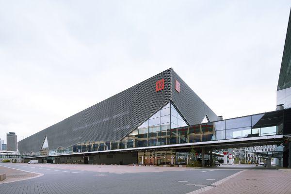Eine Halle der Messe Frankfurt von außen.