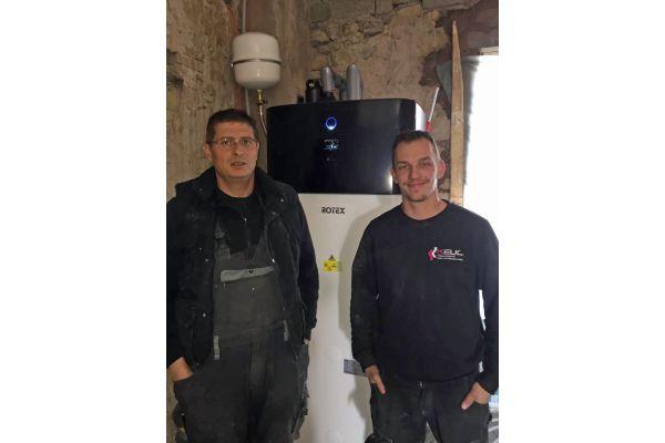 Oliver Keul und ein Mitarbeiter vor einer »HPSU compact Ultra«-Wärmepumpe.