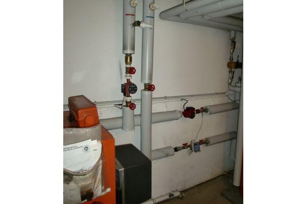 Eine Heizungsanlage mit Warmwasserbereitung und Brennerregelung.