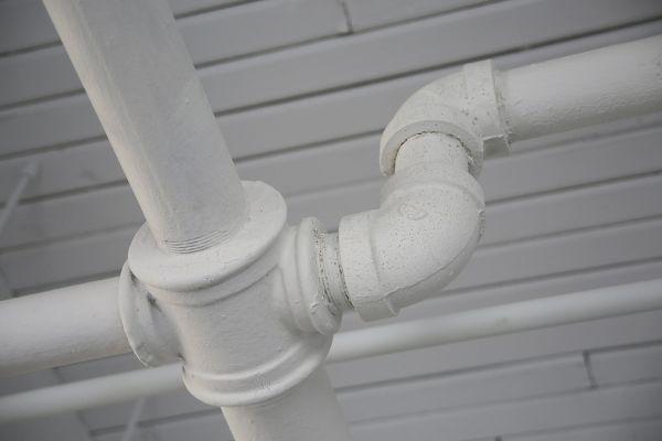 Weiße Rohrleitungen.
