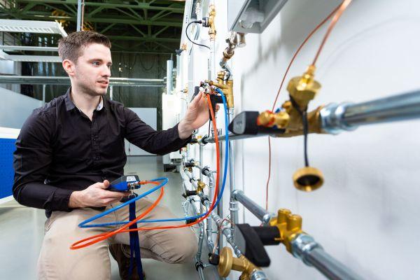 Ein Mann benutz einen  Meibes-Messcomputer