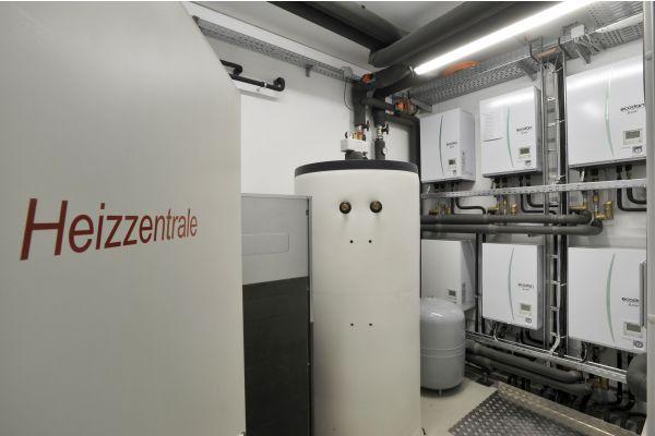 Eine Heizzentrale in einem Technikraum.