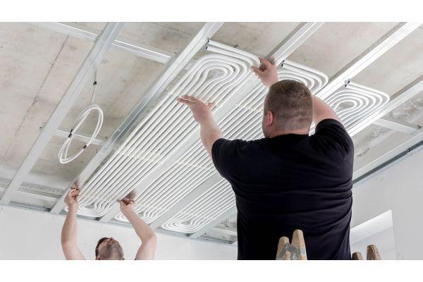 Installation eines Kühldeckensystems.