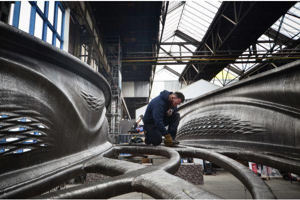 Im 3D-Metalldruckverfahren entwickelte Brücke während des Fertigungsprozesses.