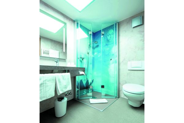 """Die auf Wunsch individuell, gerne auch mit Fotomotiv bedruckten Rückwände (glasfaserverstärkte Composite-Platten) sind für """"Duschking"""" ein zentrales Element in der schnellen und sauberen Teil-Badsanierung. Über 2.000 Platten sind lagermäßig vorrätig."""