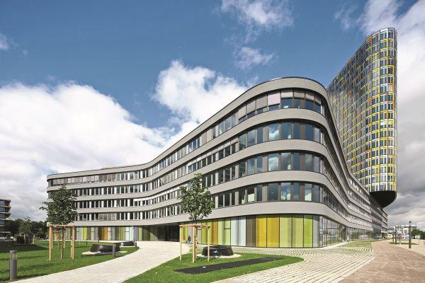 Bürogebäude von außen.