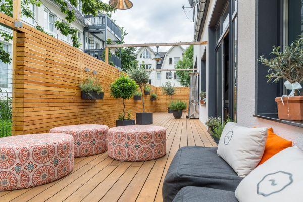 Eine Terrasse mit Sitzgelegenheiten.