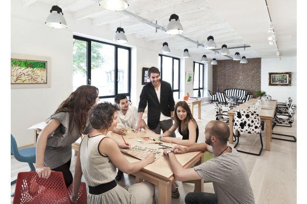 Eine Gruppe sitzt an einem Tisch.