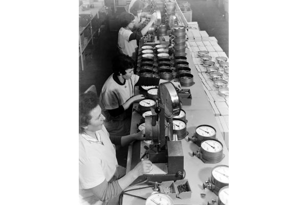 Das Bild zeigt eine Firmenszene aus den 50er Jahren.