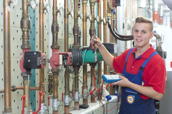 Lehrjahre sind keine Herrenjahre: Mit durchschnittlich 749.- Euro Ausbildungsvergütung geht der zukünftige Anlagenmechaniker für SHK-Technik nach Hause.