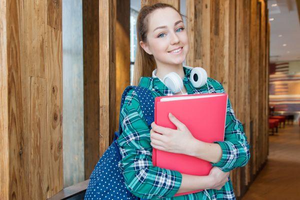 Schule aus und nun? Wer einen Ausbildungsberuf wählt, der schaut erst darauf, ob der Job auch soziale Anerkennung erhält.