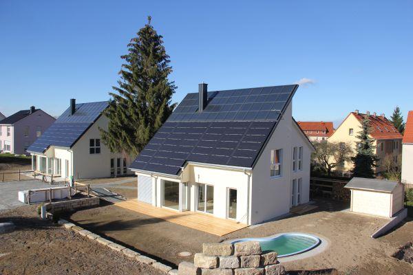 Die Südostansicht zweier benachbarter energieautarker Häuser.