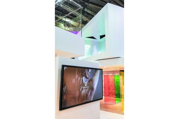 """Emotionale weiche Farben, fünf strukturierte Produktwelten, mit dem grafisch stark reduzierten """"D"""" ein neues Firmenzeichen: Die """"schlafende Beauty Duscholux wurde im Rahmen der ISH zu neuem Leben erweckt"""", so Markenarchitekt Peter Wirz."""
