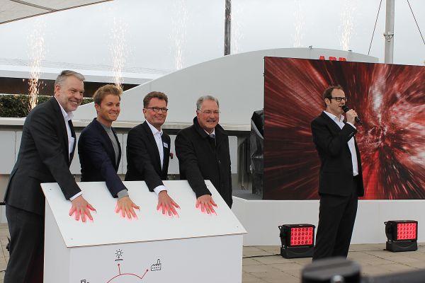 Das Bild zeigt ABB-Vorstandschef Hans-Georg-Krabbe, Nico Rosberg, Busch-Jaeger-Geschäftsführer Adalbert Neumann und Lüdenscheids Bürgermeister Dieter Dzewas.