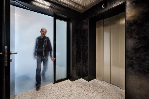 Das Prinzip des Sicherheitsaufzugs: Überdruck hält den Vorraum zum Lift im Brandfall rauchfrei, obwohl die Nutzungseinheiten schon total verqualmt sind.