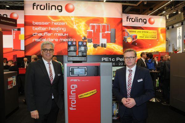 Alexander Schrom, Prokurist und Fröling-Geschäftsleiter für Deutschland und Geschäftsführer Dr. Thomas Haas neben einem Brennwertkessel
