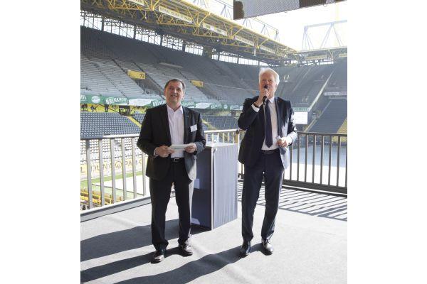 Das Bild zeigt Jörg Simon (l.), Nordwest-Vorstand für Stahl,  und den Dortmunder Oberbürgermeister Ullrich Sierau.