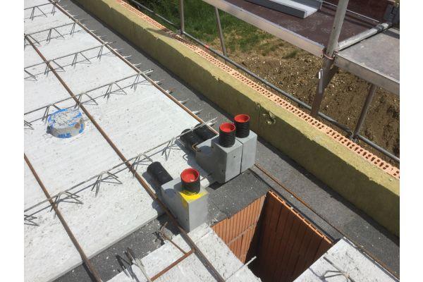 Drei 90-Grad-Bögen für die Wandhochführung auf einem Sichtdachstuhl.
