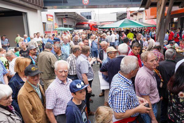Besucher vor Hargassner-Infoständen.