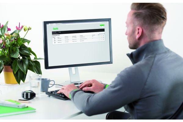 Ein Mann sitzt vor einem Computer.