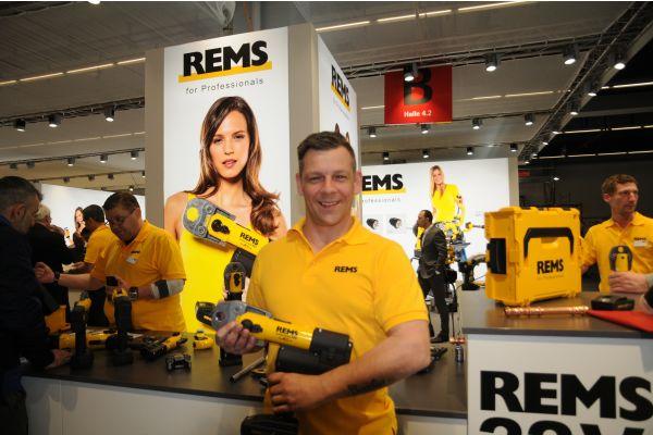 Ein Mann hält ein Pressgerät in der Hand.