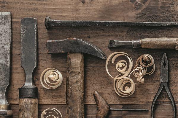 Hammer, Zange, Feilen, Nagel und Hobelspäne.