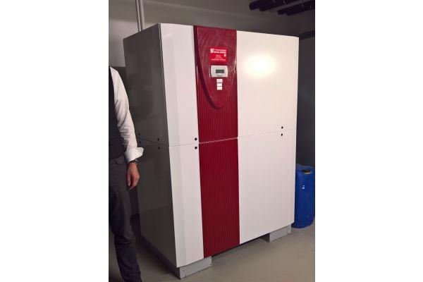 Eine Wärmepumpe in einem Heiztechnikraum.