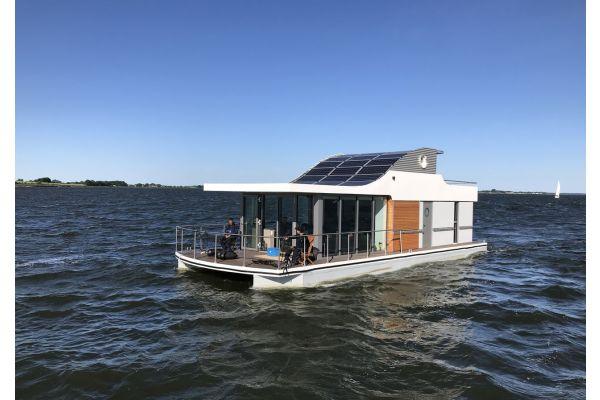 Ein Hausboot auf dem Wasser.