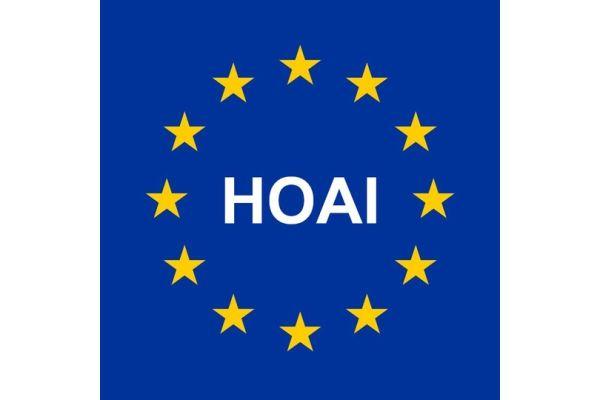 Das Bild zeigt die Europaflagge, in deren Mitte HOAI steht.