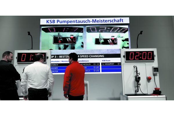 Den Handwerker mitnehmen – wie das geht, zeigte KSB auf der ISH mit dem schnellen Pumpentausch im Kampf gegen die Uhr. DAS ist mal eine Vorgabe für die REFA-Leute…