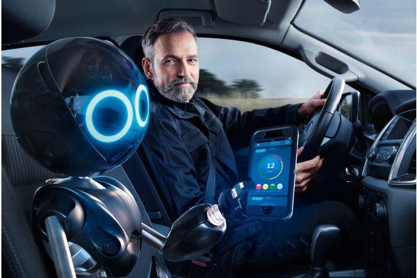 Ein Mann und ein Roboter sitzen in einem Auto.