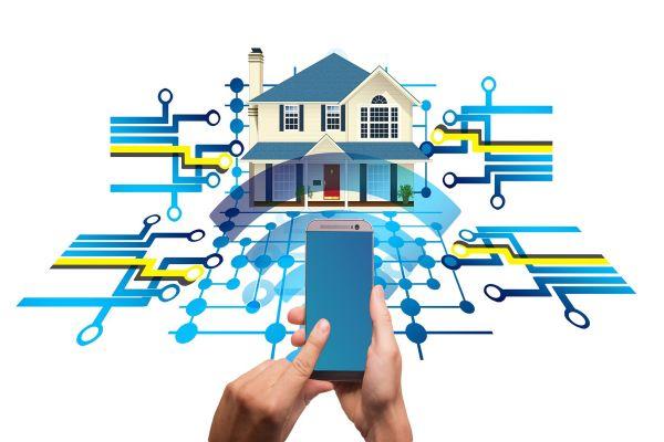 Grafik eines Hauses mit verschiedenen Leitungen, eine Hand hält ein Smartphone davor.