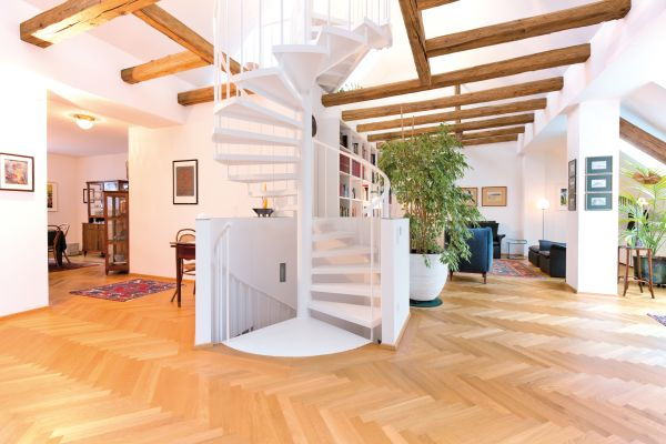 Eine Wendeltreppe in einer Wohnung.