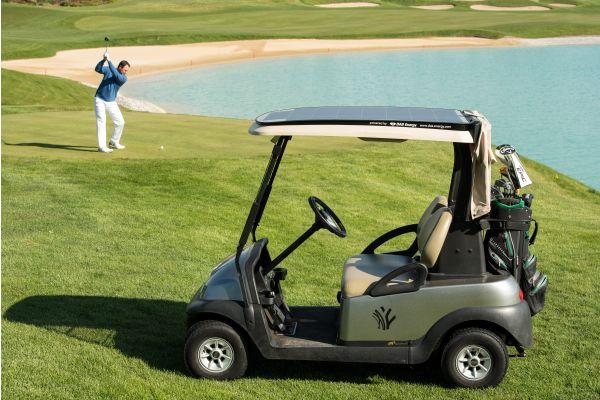 Golfcart auf einem Golfplatz.