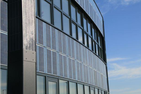 Photovoltaik-Module an einer Gebäudefassade.
