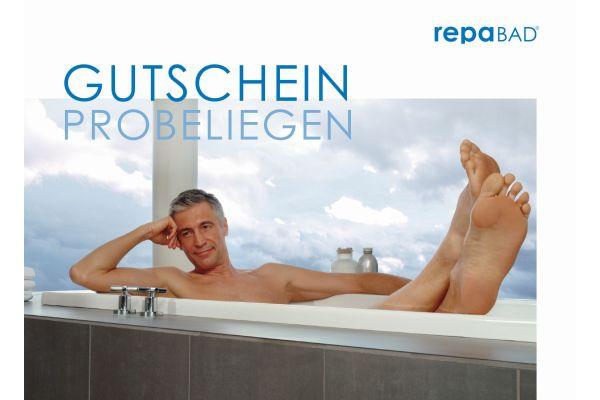 Das Bild zeigt einen Mann in der Badewanne.