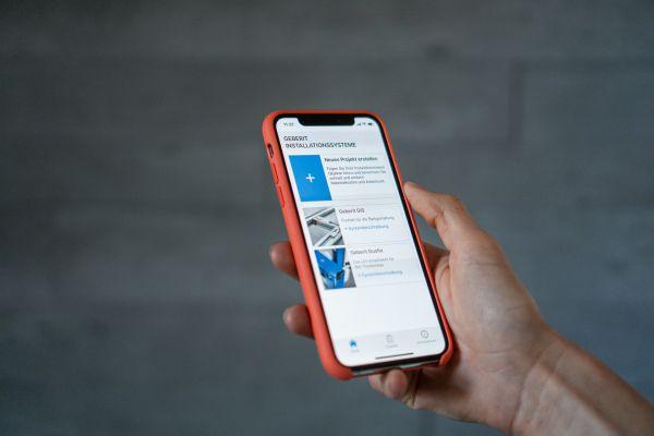 Das Bild zeigt ein Handy mit der neuen Geberit-App.
